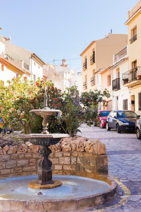 Finestrat, Alicante Hiszpania, Luty, - 23, 2019: Wygodny mały kwadrat z fontanną w starym miasteczku zdjęcie stock