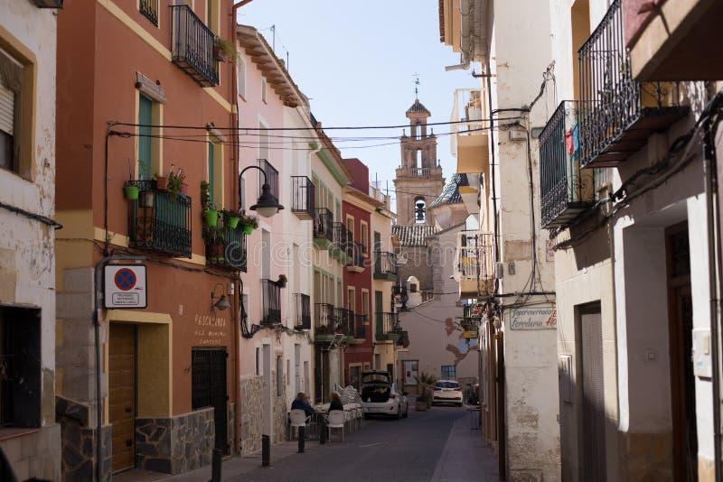 Finestrat Alicante, Spanien - Februari 23, 2019: Smal gata i den gamla staden med kulöra hus med slitet förbise för murbruk arkivfoton