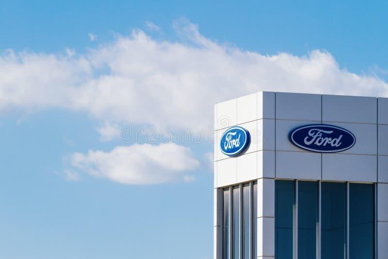 Finestrat, Espanha - 14 de novembro de 2017: Logotipo da empresa do Ford Motor no negócio que constrói o 14 de novembro de 2017 e imagem de stock