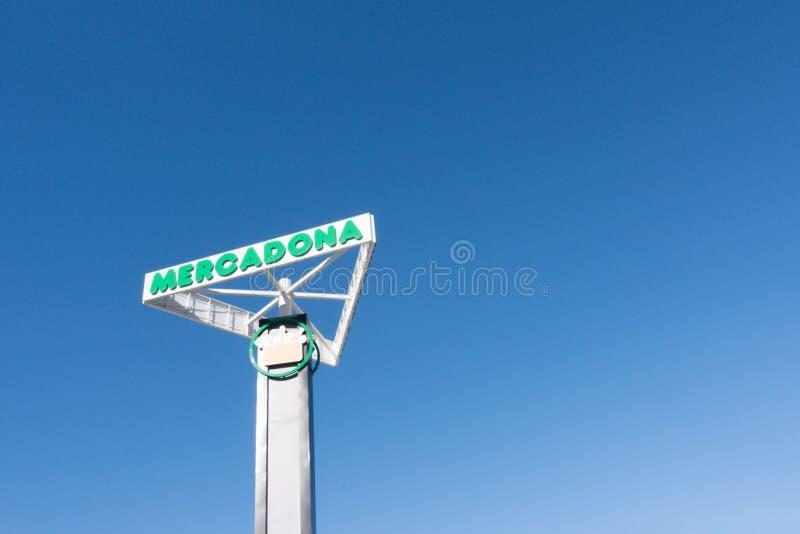 Finestrat, Hiszpania Grudzień 5, 2017: Mercadona logo nad niebieskim niebem i signboard obrazy stock