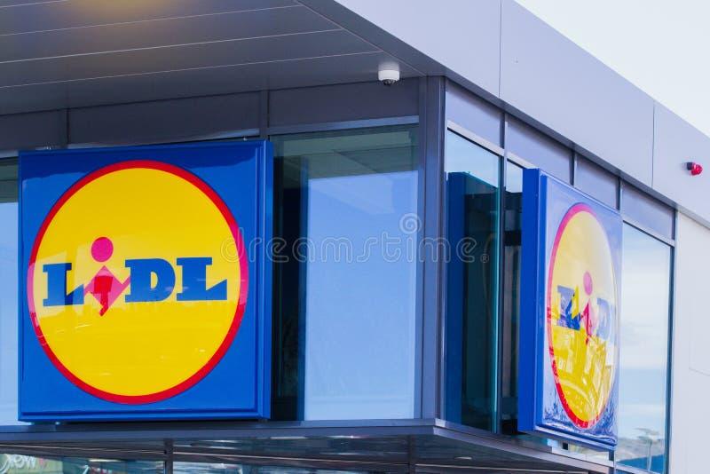 Finestrat Hiszpania, Marzec, - 9, 2018: Lidl supermarketa logo na nowej nowożytnej szklanej sklep fasadzie obrazy royalty free