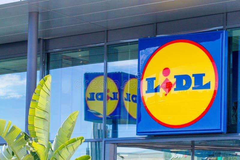 Finestrat Hiszpania, Marzec, - 9, 2018: Lidl supermarketa logo na nowej nowożytnej szklanej sklep fasadzie obraz royalty free
