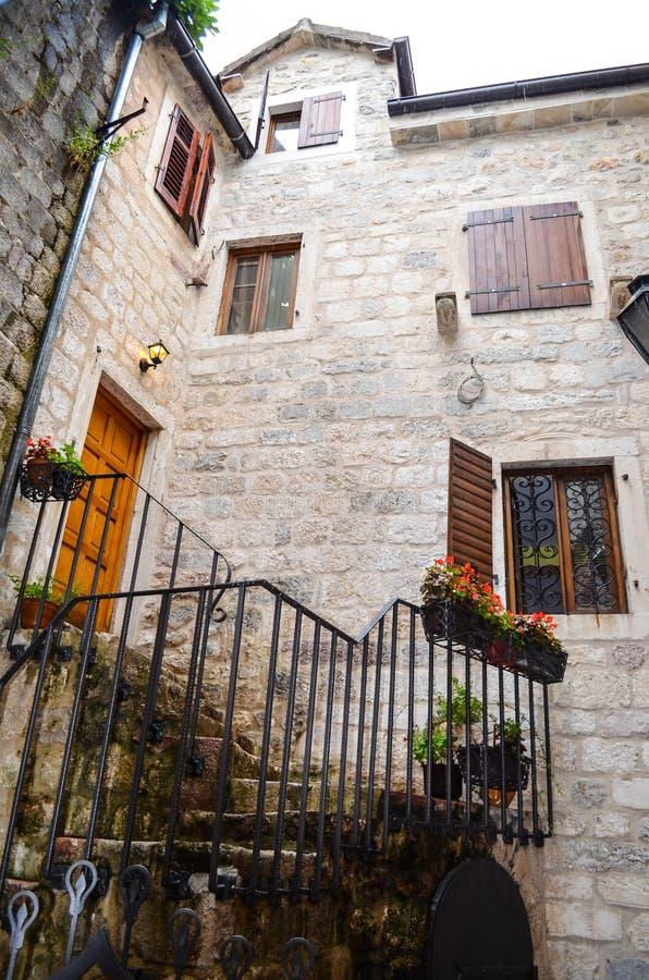 Finestre antiche in Cattaro, Montenegro fotografie stock