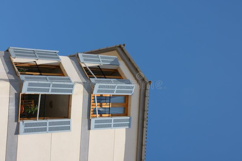 Finestre aperte sulla casa fotografia stock immagine di for Piccoli progetti di case aperte