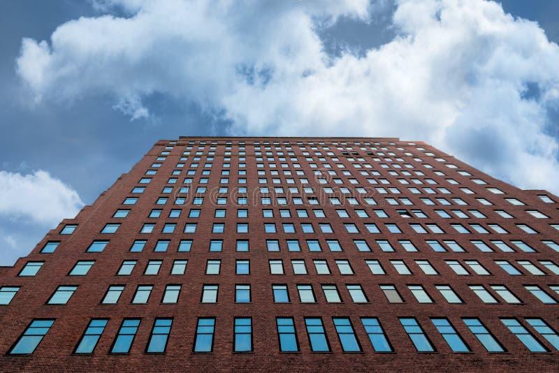 Finestre blu del grattacielo contro un cielo nuvoloso fotografia stock