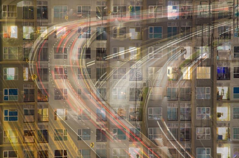 Finestre d'ardore dell'appartamento alla notte dove ogni occupante ha sua o immagine stock libera da diritti