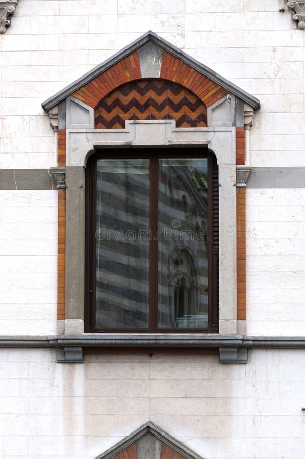 Finestre decorate in una costruzione antica della città di Genova fotografie stock libere da diritti