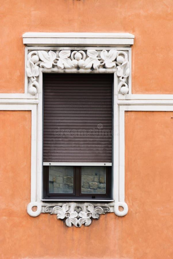 Finestre decorate in una costruzione antica della città di Genova immagini stock libere da diritti
