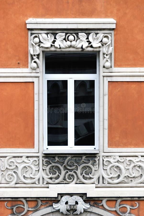 Finestre decorate in una costruzione antica della città di Genova fotografia stock