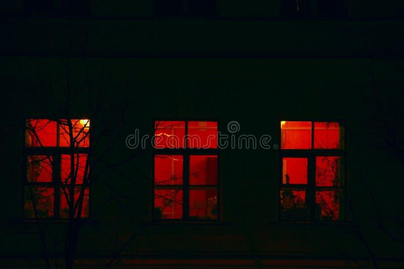 Finestre del condominio alla notte fotografie stock
