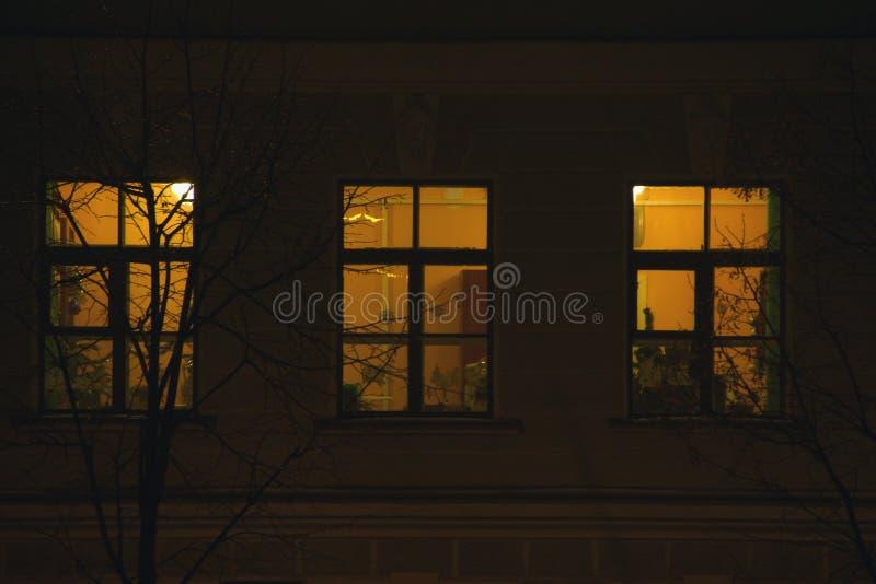 Finestre del condominio alla notte fotografie stock libere da diritti