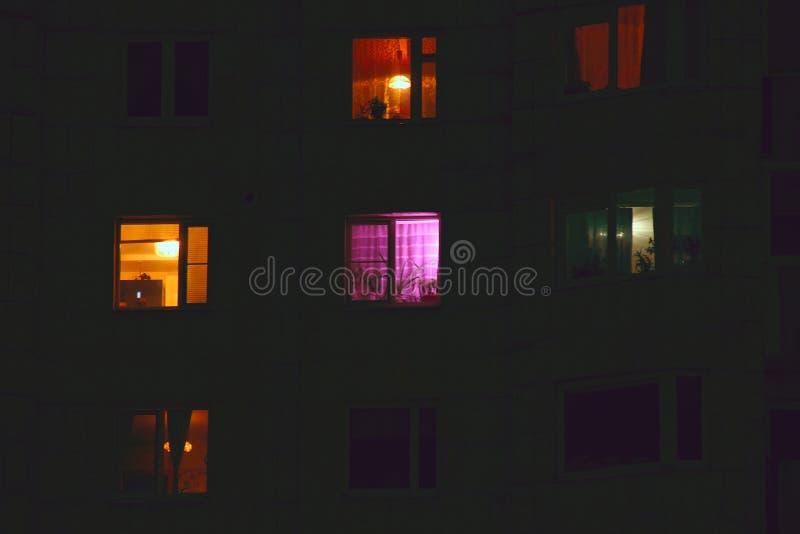 Finestre del condominio alla notte immagini stock libere da diritti