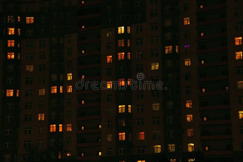 Finestre del condominio alla notte immagine stock libera da diritti