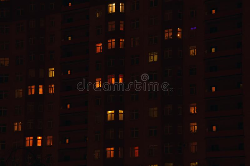 Finestre del condominio alla notte immagine stock