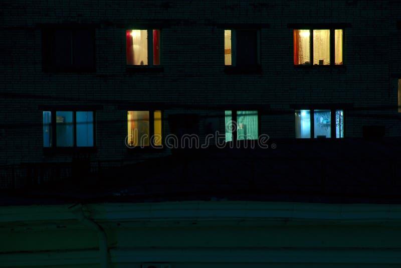 Finestre del condominio alla notte fotografia stock libera da diritti