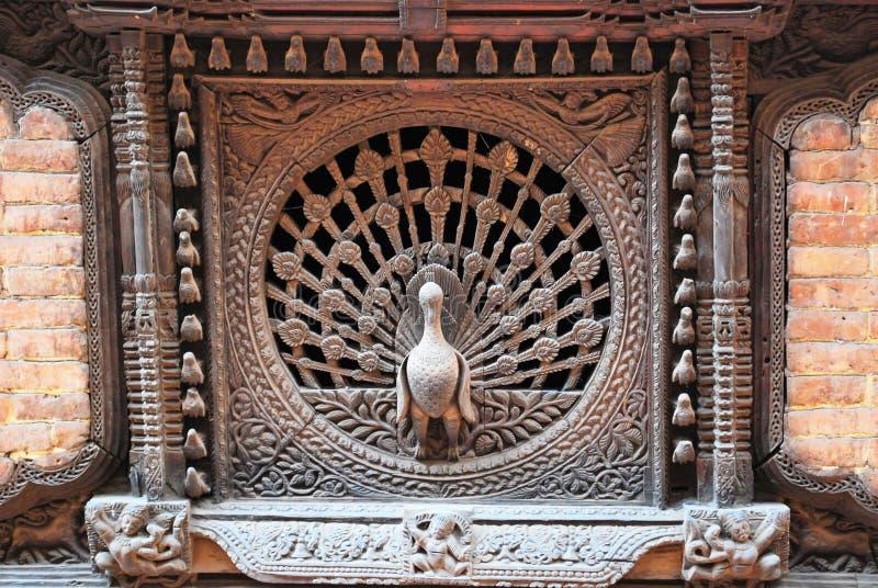 Finestre del pavone nella città di Bhaktapur fotografia stock