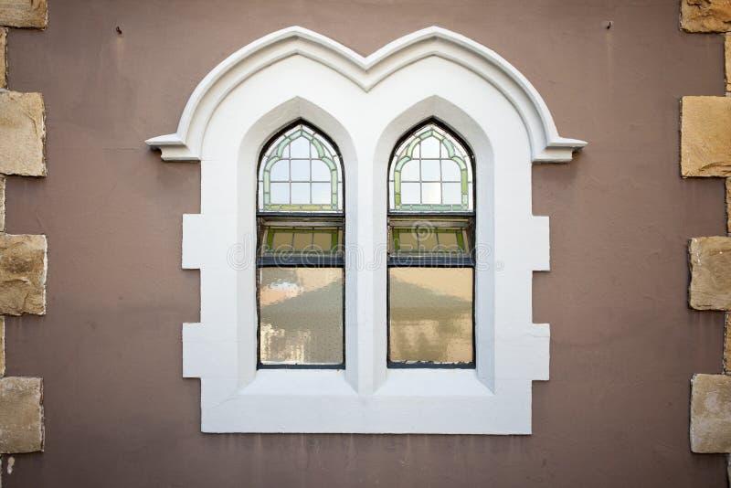 Finestre della chiesa di vecchio stile in parete marrone fotografie stock libere da diritti