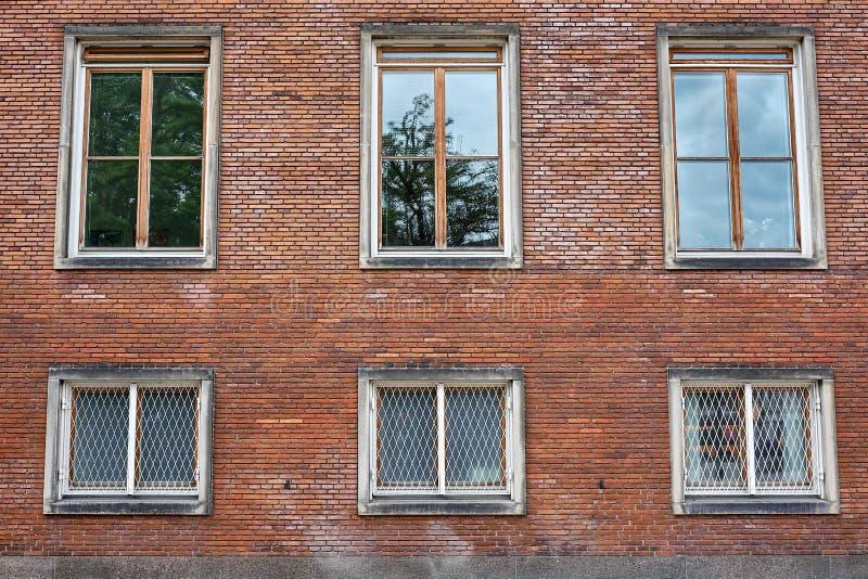 Finestre della stoffa per tendine in muro di mattoni rosso fotografie stock libere da diritti