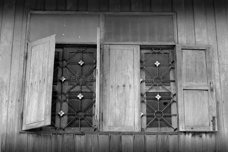 Finestre di legno aperte di Grunge con protezione del ferro fotografia stock