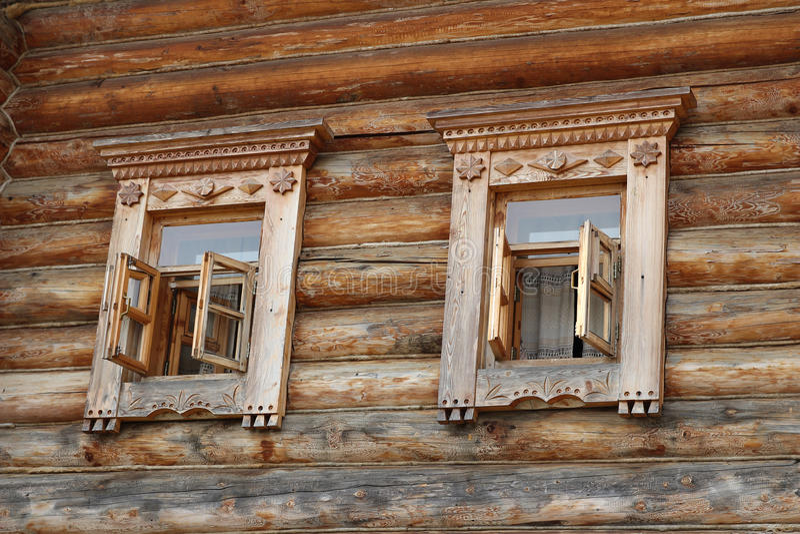 Finestre di legno decorate fotografia stock