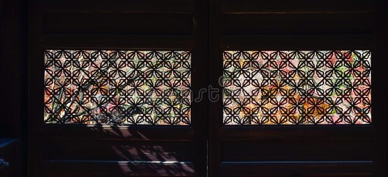 Finestre di legno giapponesi con le decorazioni fotografia stock