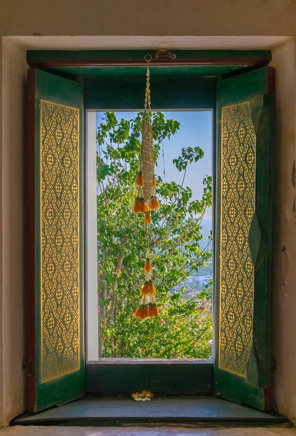 Finestre di legno nel tempio decorato con il modello tailandese immagine stock