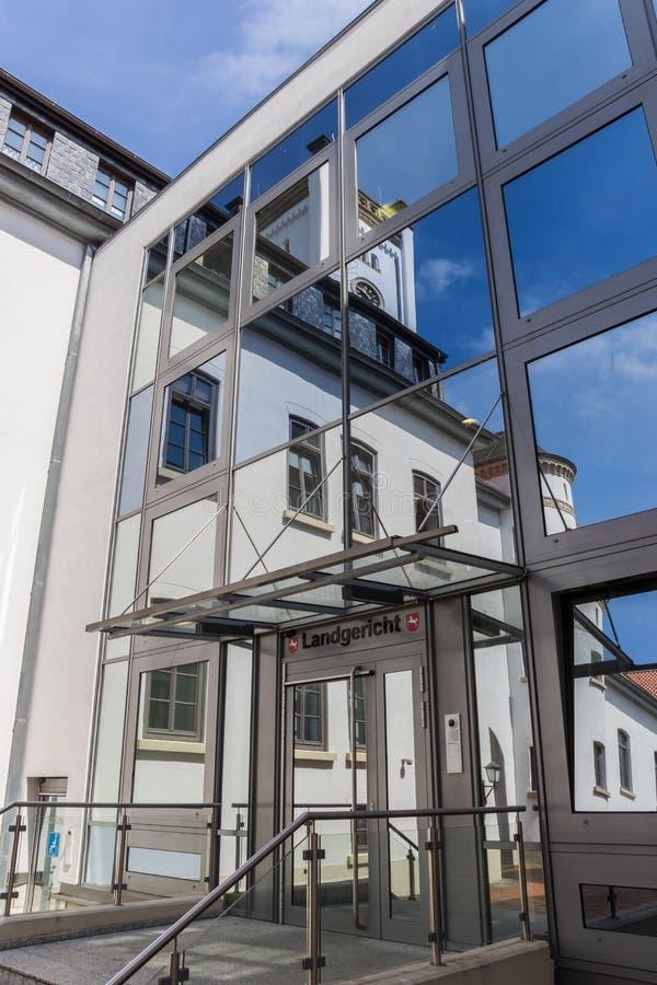 Finestre di riflessione dell'edificio di Landgericht in Aurich fotografie stock libere da diritti