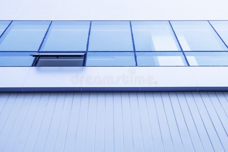 Finestre di vetro blu installate in nuove costruzioni immagini stock