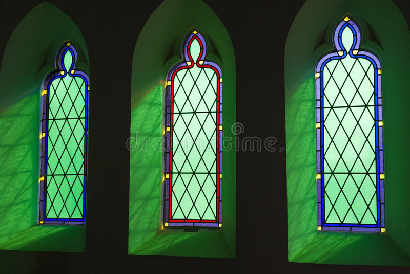 Finestre di vetro macchiato della chiesa fotografie stock libere da diritti