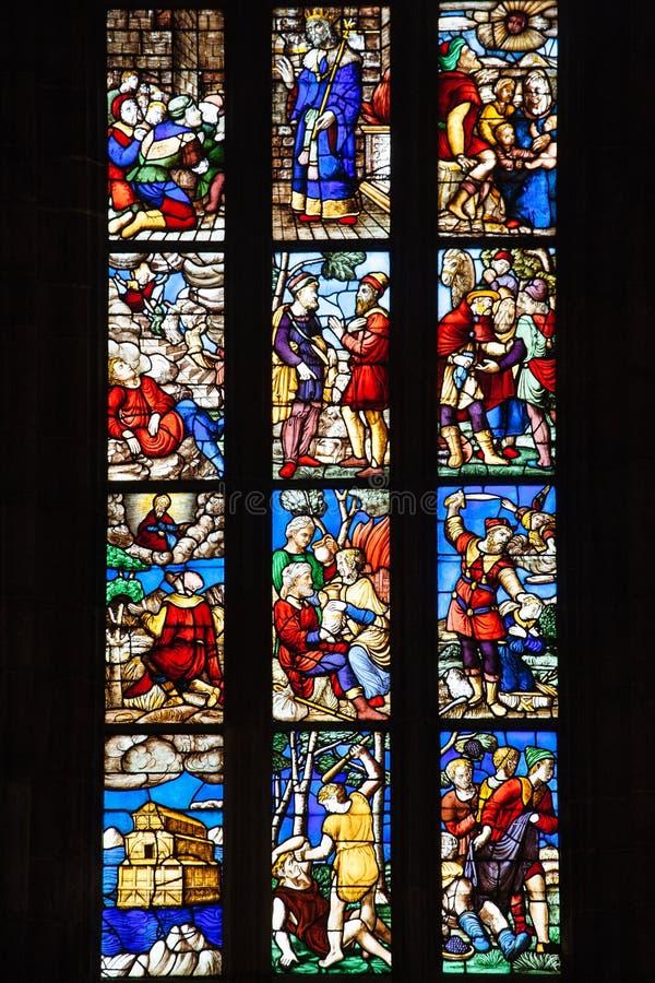 Finestre di vetro macchiato in Milan Duomo fotografia stock libera da diritti