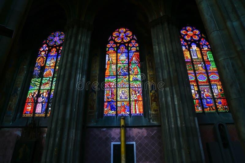 Finestre di vetro macchiato pittoriche retroilluminate immagine stock libera da diritti