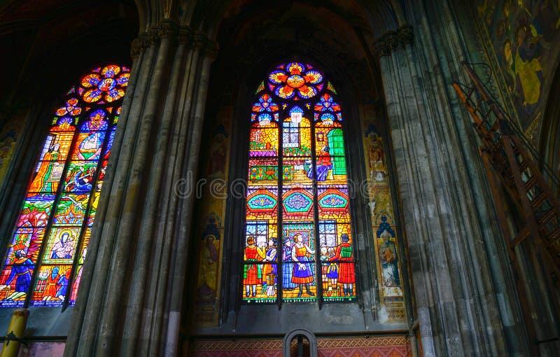 Finestre di vetro macchiato pittoriche retroilluminate fotografia stock
