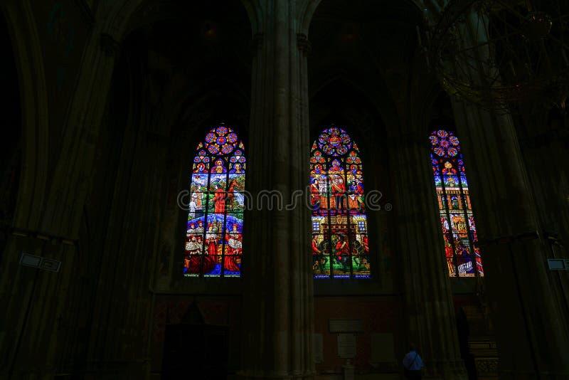 Finestre di vetro macchiato pittoriche retroilluminate immagini stock