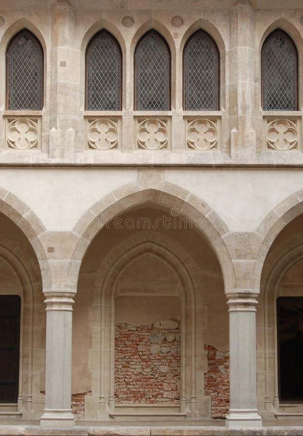 Finestre ed archway del castello fotografia stock