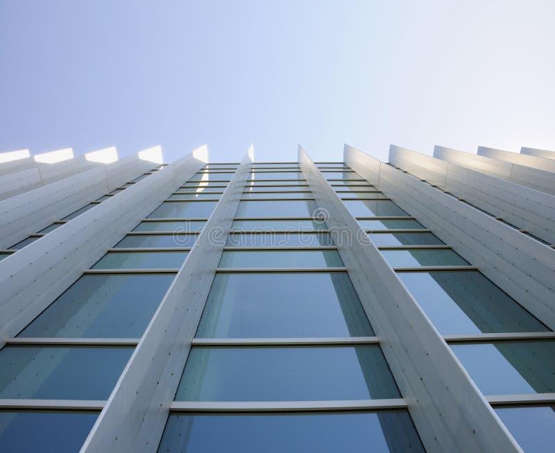 Finestre esterne di costruzione che osservano in su fotografia stock