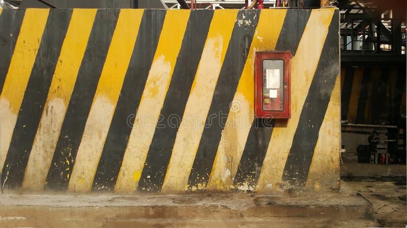 Finestre estintore a parete gialla e nera immagini stock libere da diritti