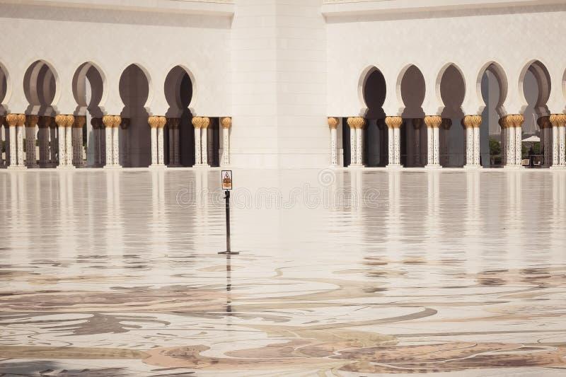 Finestre geometriche del modello di stile islamico orientale arabo Architettura di forma dell'arco fotografie stock libere da diritti