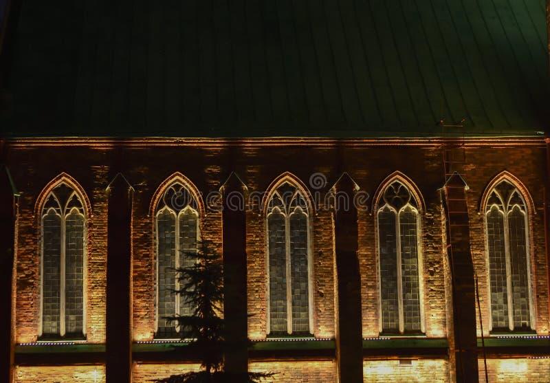 Finestre gotiche con le luci notturne immagini stock libere da diritti