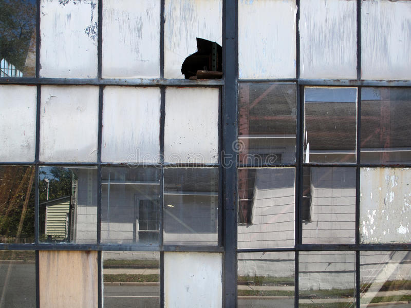 Finestre industriali rotte fotografie stock