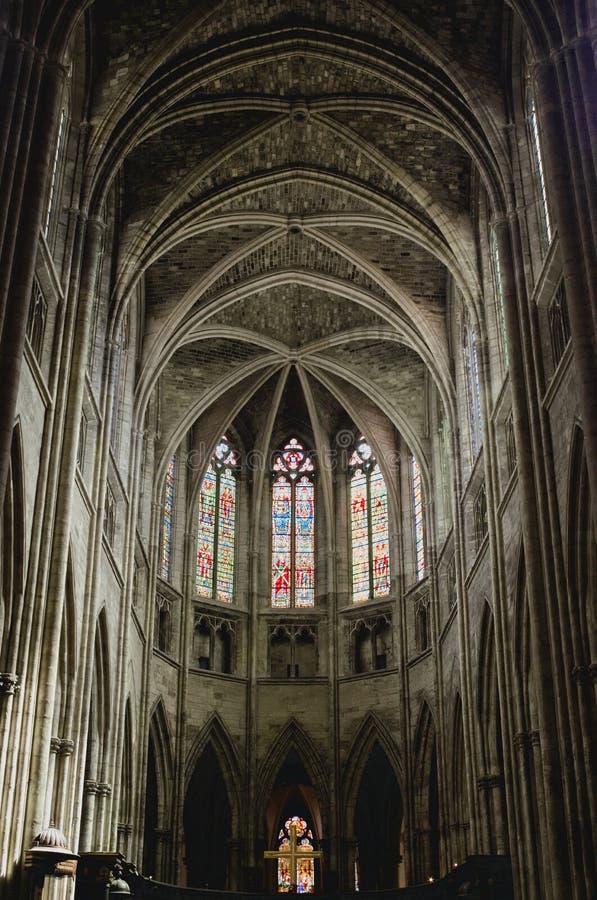 Finestre macchiate dei galss ed architettura gotica della cattedrale del san-andré, Bordeaux fotografia stock
