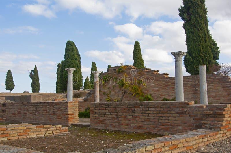 Finestre a mattoni bassi e colonne di roman bianco Cipresso verde, cielo blu Italia, Spagna fotografia stock libera da diritti