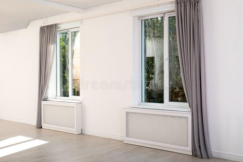 Finestre moderne con le tende nella sala fotografia stock
