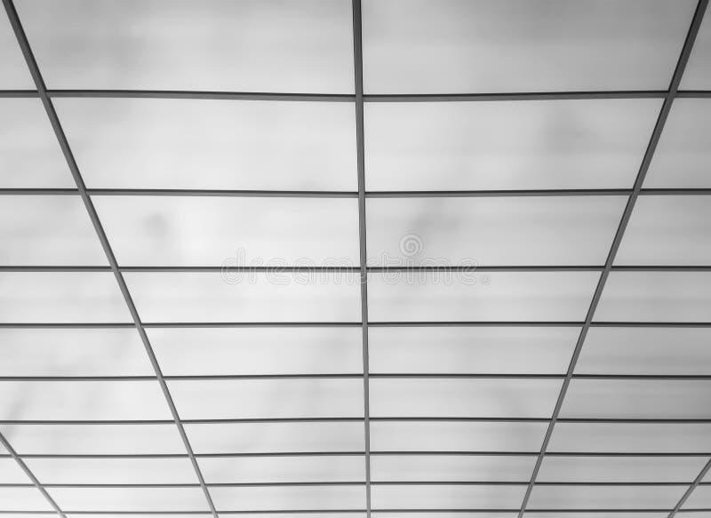 Finestre moderne dell'ufficio nel fondo di prospettiva immagine stock libera da diritti