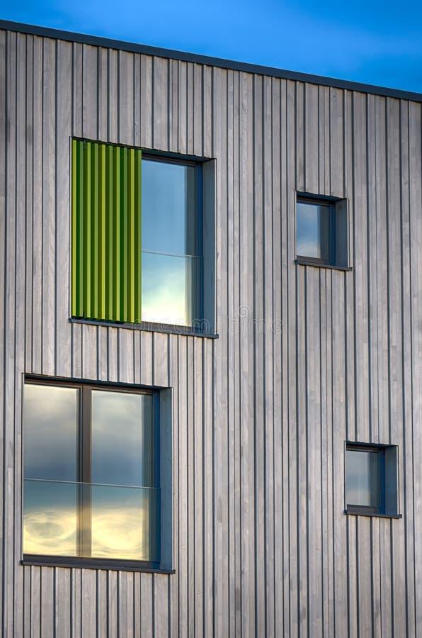 Finestre moderne della facciata della costruzione for Finestre moderne della fattoria
