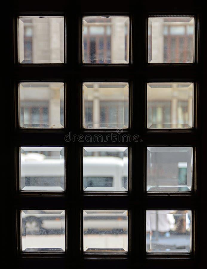 Finestre quadrate nella porta Vetro con la smussatura immagine stock