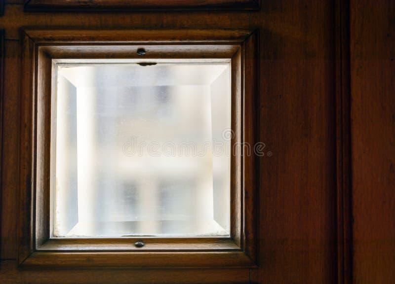 Finestre quadrate nella porta Vetro con la smussatura fotografia stock