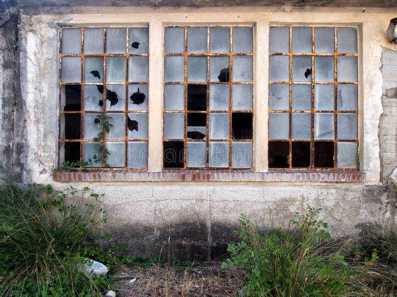 Finestre rotte in precedente fabbrica, ora abbandonata immagine stock libera da diritti