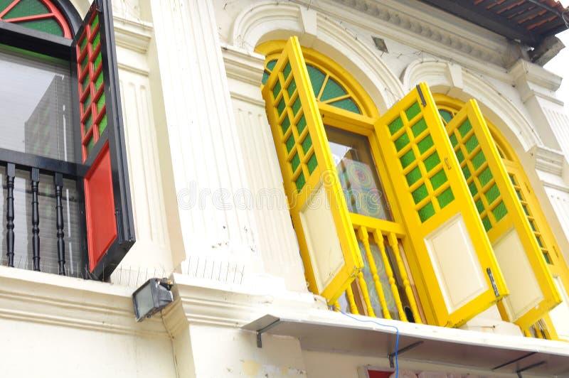 Finestre variopinte tradizionali uniche in poca India, Singapore fotografie stock libere da diritti