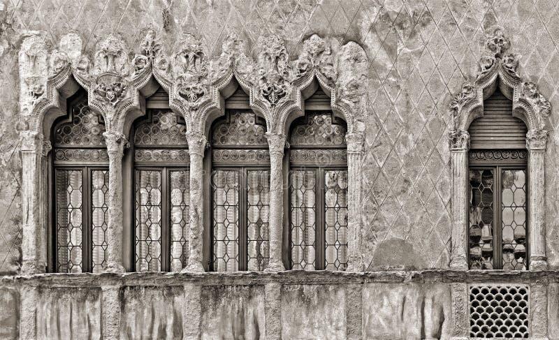Finestre veneziane classiche variopinte e vecchia facciata di costruzione arancio in bella città Padova, Italia fotografia stock libera da diritti