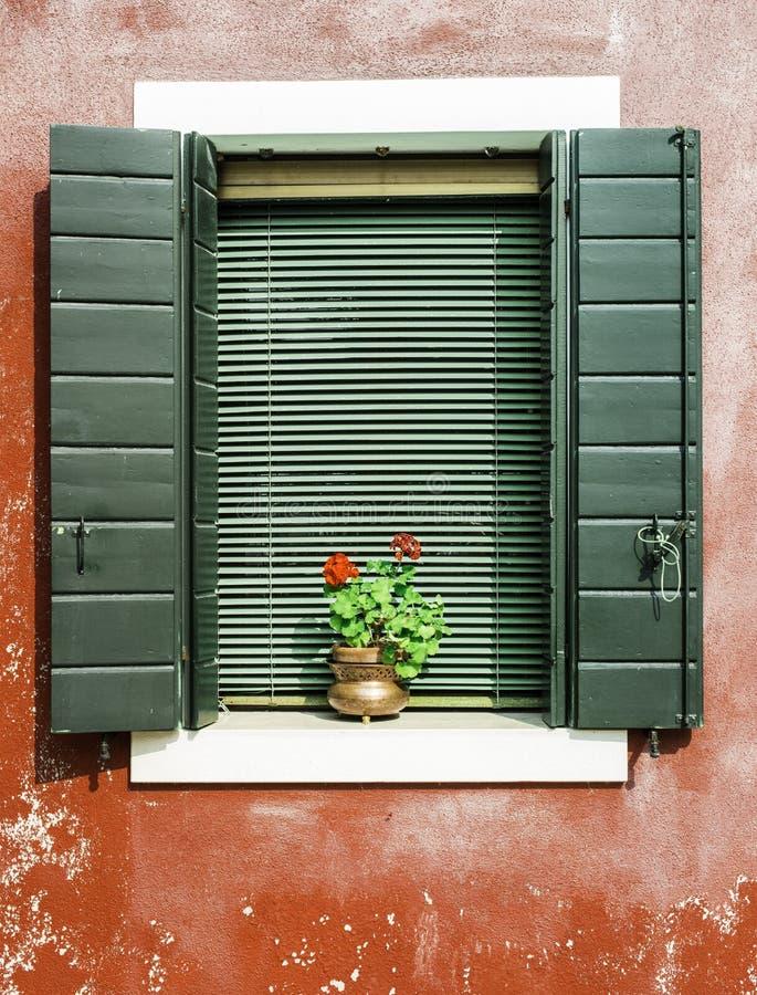 Veneziane finestre interesting finestre per tetti bologna for Finestra sinonimo